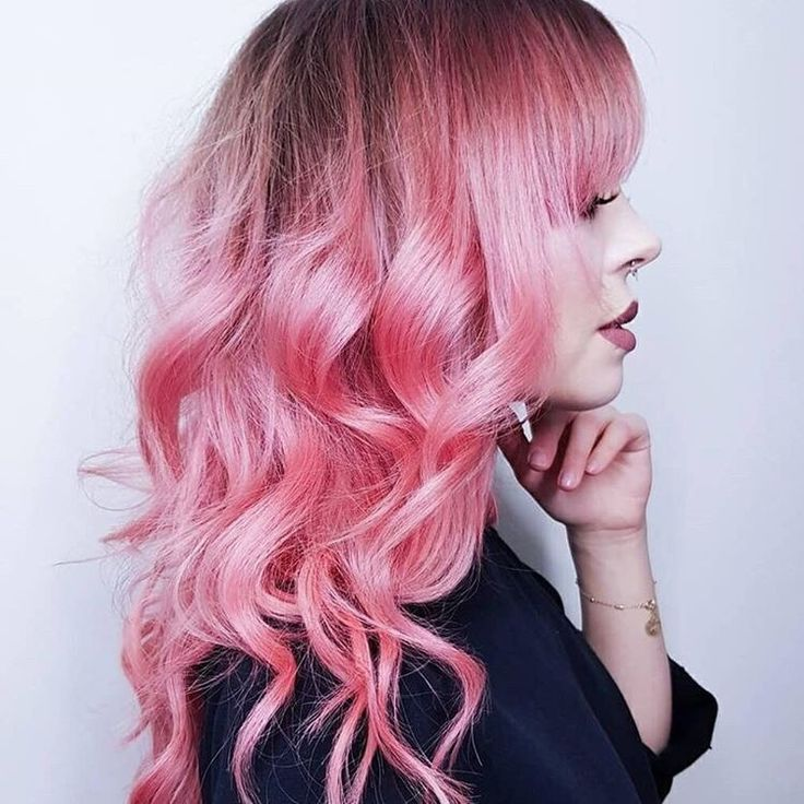 Розовые кончики волос на светлых волосах